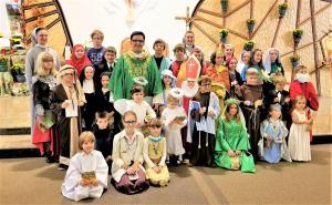Msza święta dla Dzieci z okazji Wszystkich Św. Dzieci też się przebrały w strój ulubionego  Patrona, oraz Przyjęcie Dzieci do Kółka Rożańcowego  -Bł.Karoliny Kózkównej prowadzonego przez sr. Annę